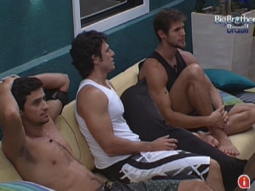 Fael, João Maurício e Jonas voltam para a varanda na parte externa da casa (12/2/12)