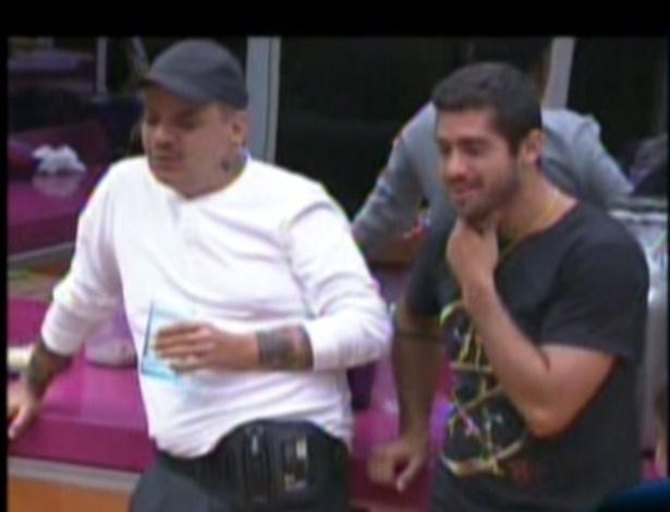 João Carvalho e Yuri conversam na cozinha sobre Jonas (12/2/12)