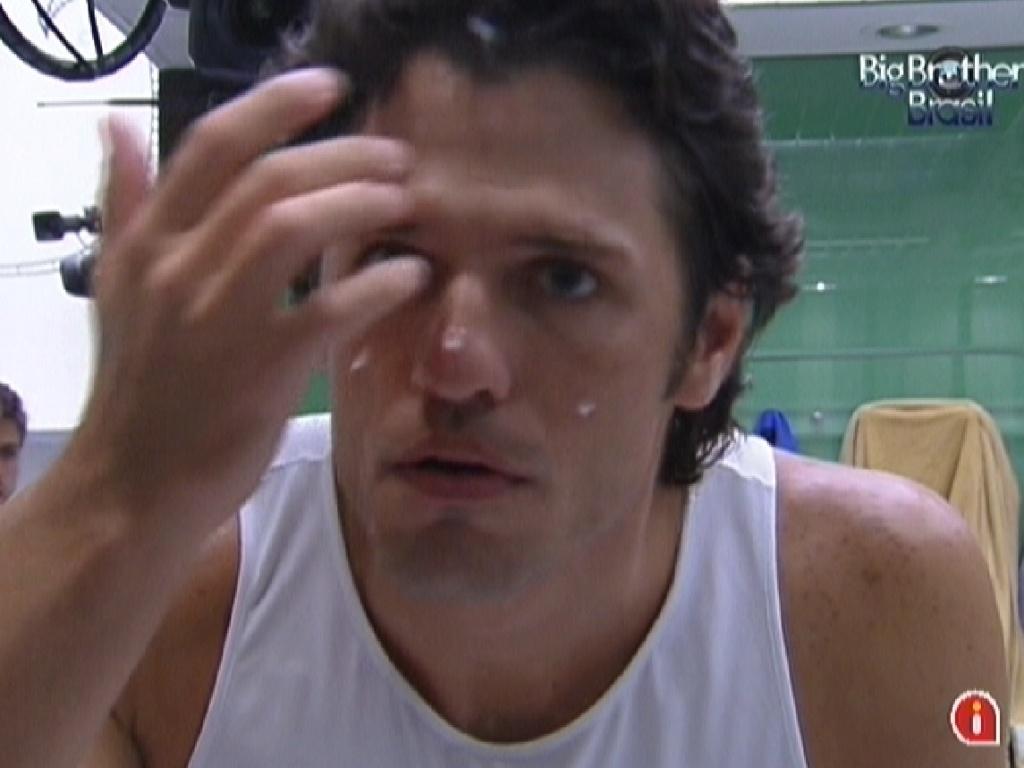 João Maurício passa creme no rosto na noite deste domingo (12/2/12)