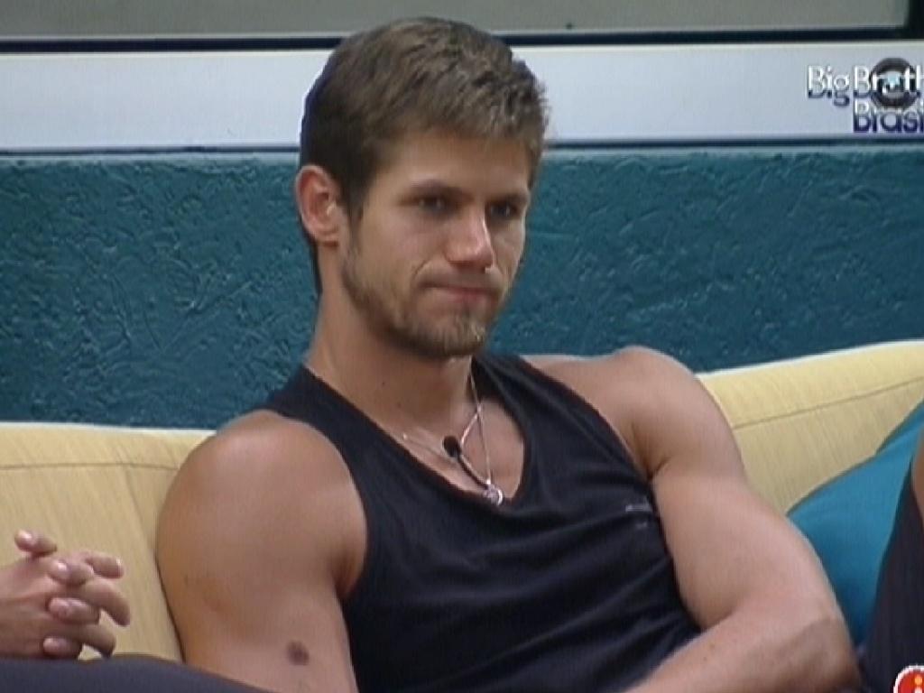 Jonas disse que não está mais com vontade de ficar com Renata por ela ter votado em João Maurício (12/2/12)