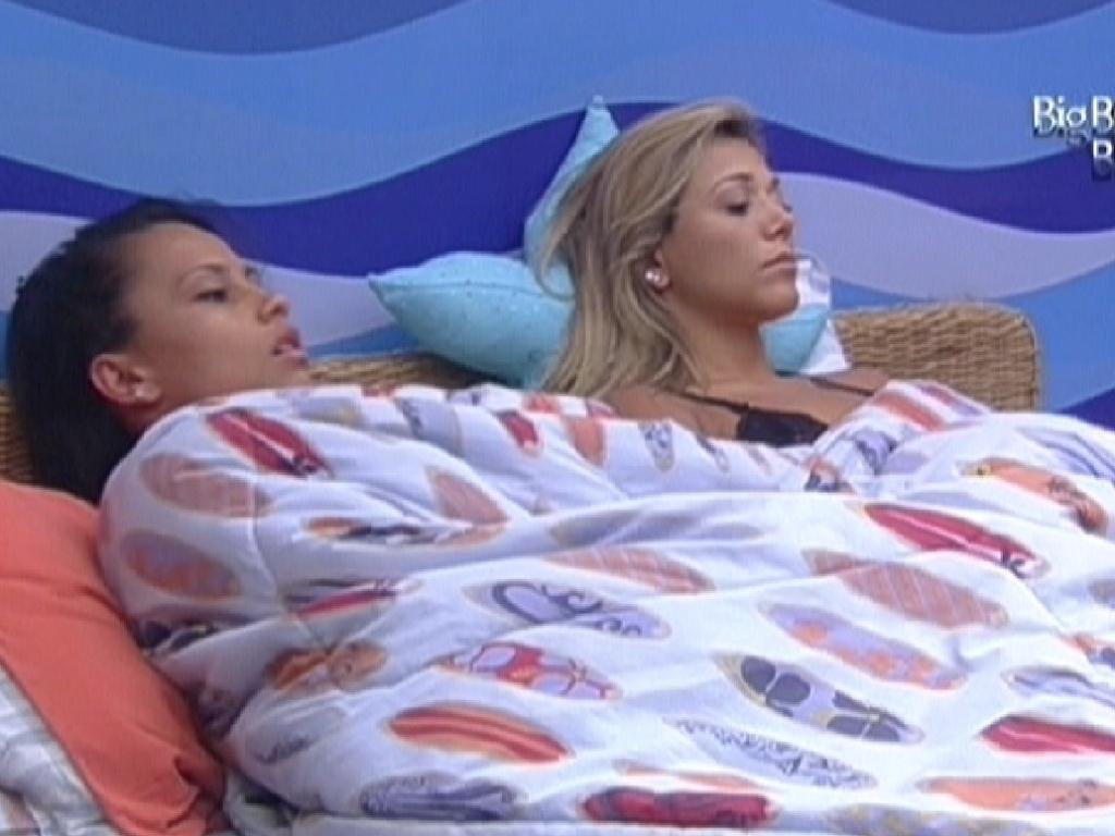 Kelly e Fabiana acordam, mas ficam deitadas em silêncio (13/2/12)