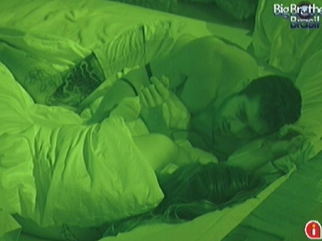 Laisa e Yuri dormem no quarto do líder na noite deste domingo (12/2/12)