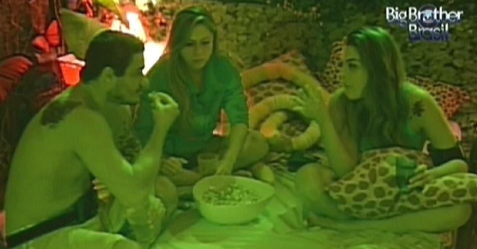Rafa, Renata e Monique comem pipoca doce no quarto Selva (12/2/12)