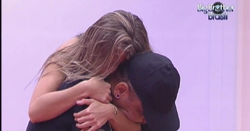 Renata abraça João Carvalho após brother reclamar que está sofrendo com abstinência de cigarro (13/2/12)