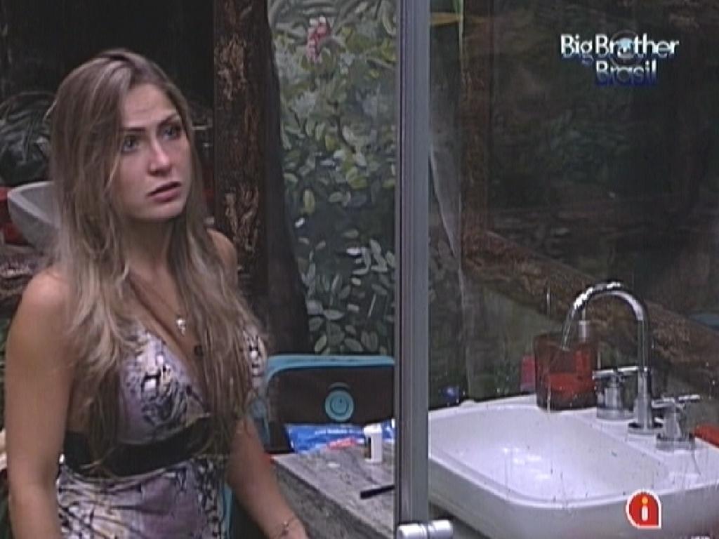 Renata desabafa com Monique sobre não ter ganho nenhum prêmio no reality (13/2/12)