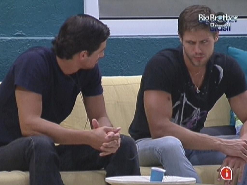 Fael (esq.) e Jonas (dir.) conversam antes do paredão (14/2/12)