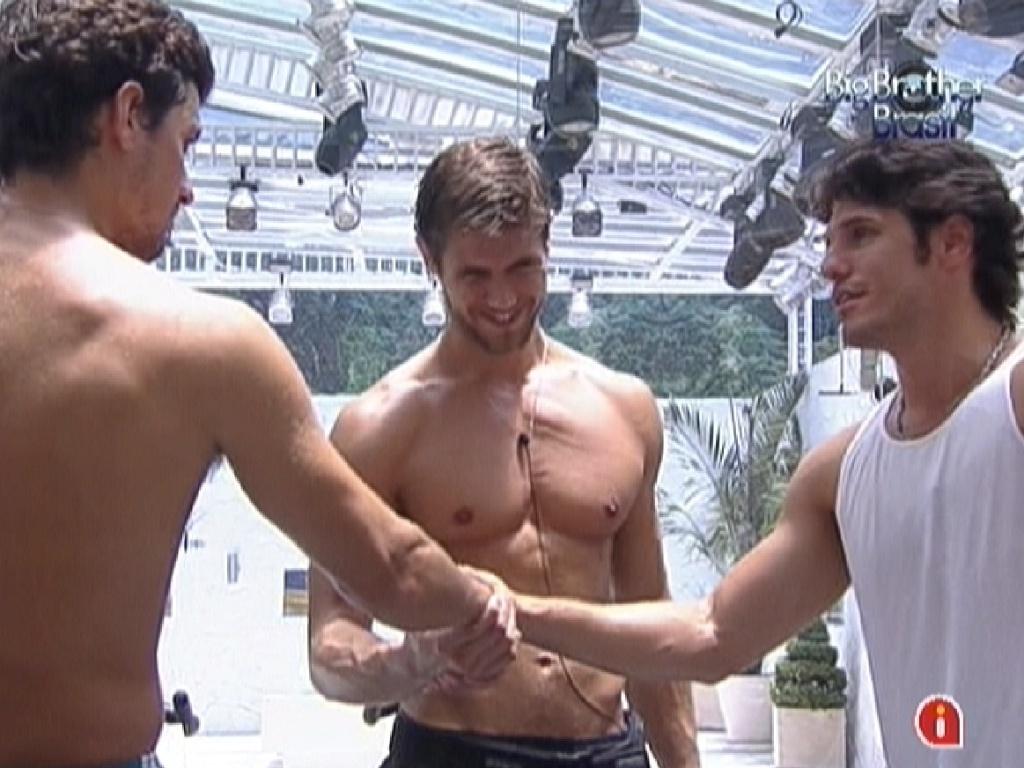 Fael (esq.), Jonas e João Maurício dão aos mãos e se dizem um