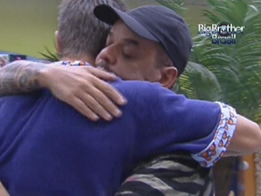 João Carvalho (de boné) e Jonas (de azul) se abraçam e fazem as pazes antes do paredão (14/2/12)