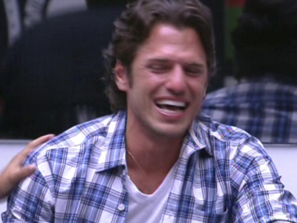 João Maurício chora após ver família pela televisão (14/2/12)