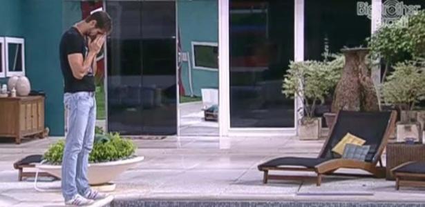 Jonas reza na beira da piscina antes de enfrentar o paredão contra João Maurício (14/2/12)