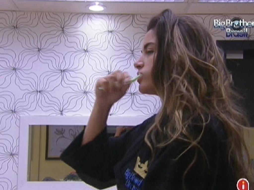 Laisa escova os dentes no quarto do líder (14/2/12)
