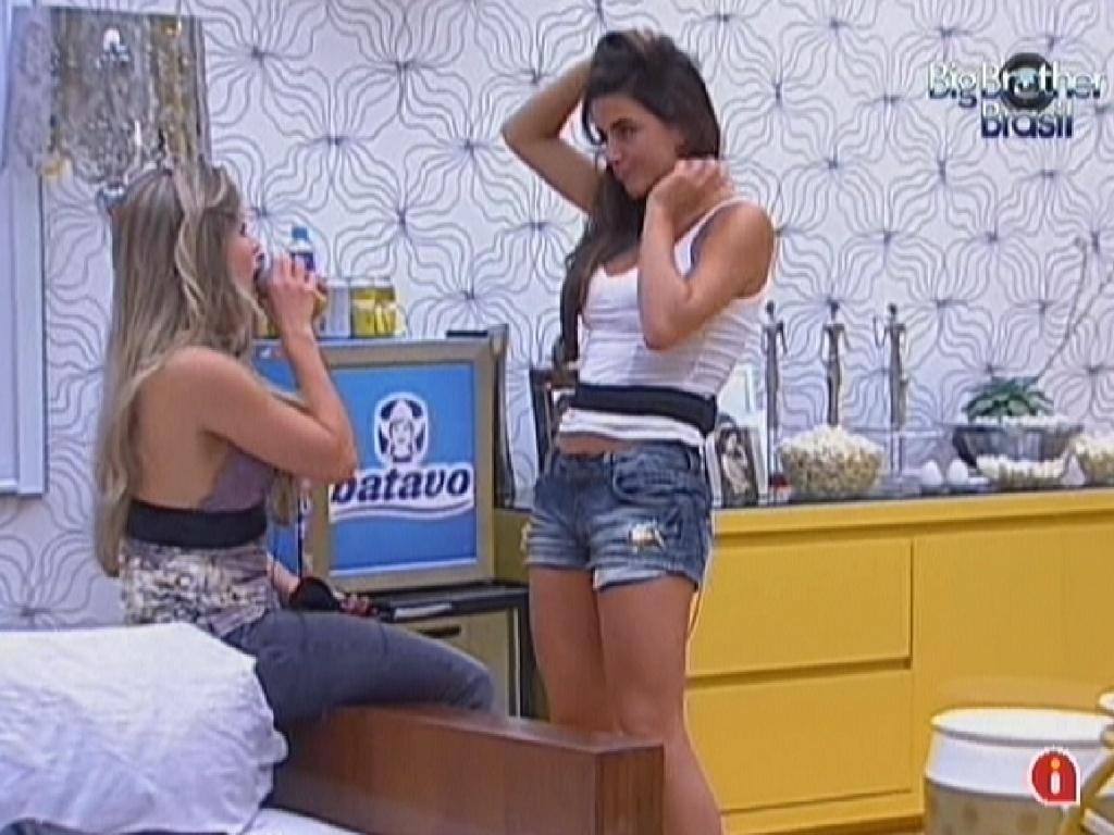Renata e Laisa conversam no quarto do líder (13/2/12)