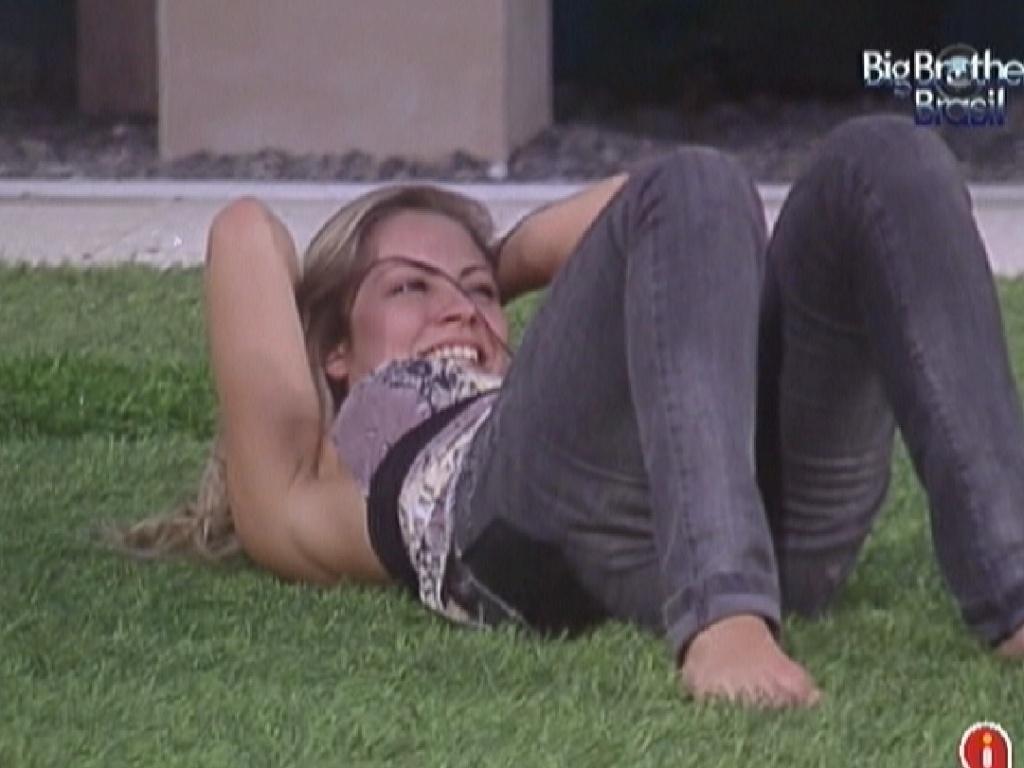 Renata não aguenta e deita na grama dando gargalhadas por causa das imitações de Yuri (13/2/12)