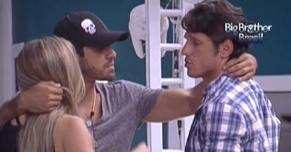 Yuri (centro) aparta discussão entre Renata e João Maurício (14/2/12)