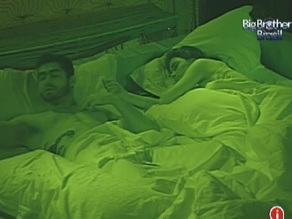 Yuri e Laisa dormem no quarto do Líder (13/2/12)