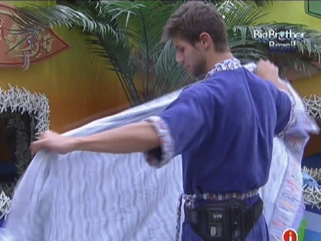 Enquanto arruma a cama, Jonas critica Renata para Fael (15/2/12)