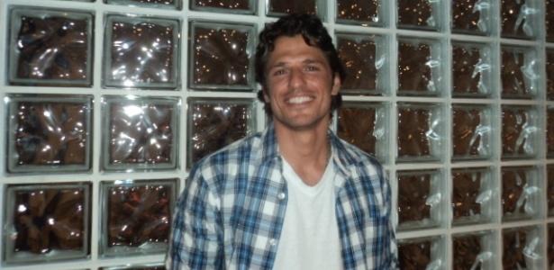 João Mauricio posa para fotos após sair do
