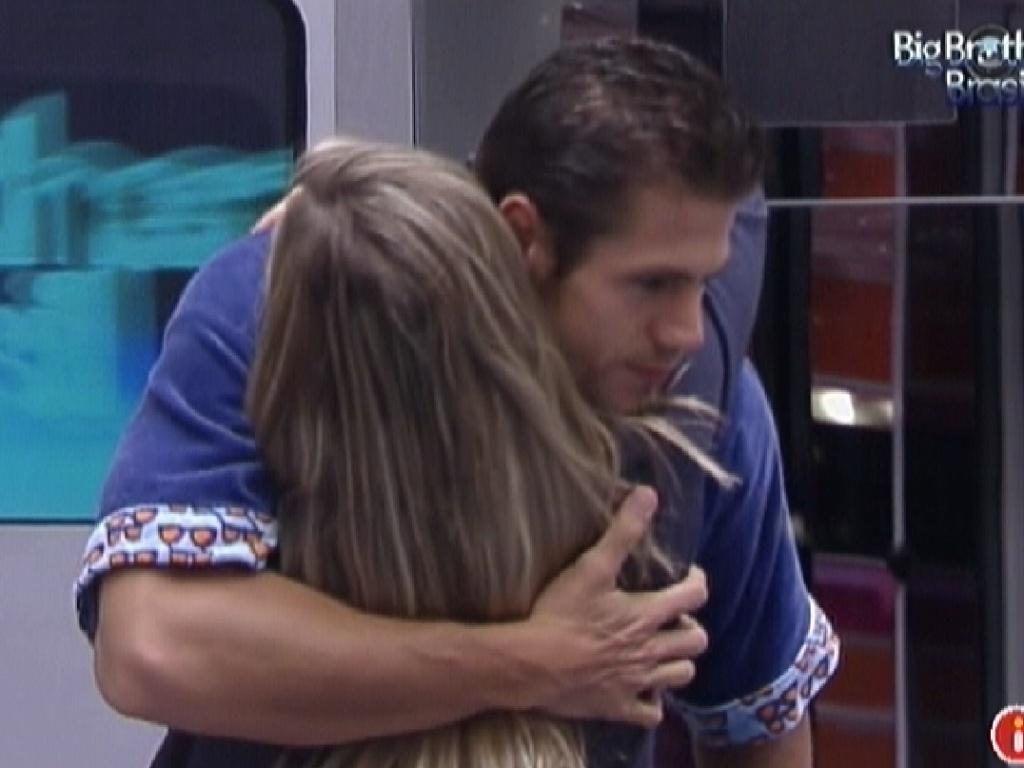 Jonas dá abraço de bom dia em Renata (15/2/12)