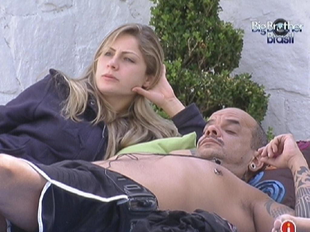 Renata conversa com João Carvalho sobre comportamento de Kelly e Fabiana (15/2/12)