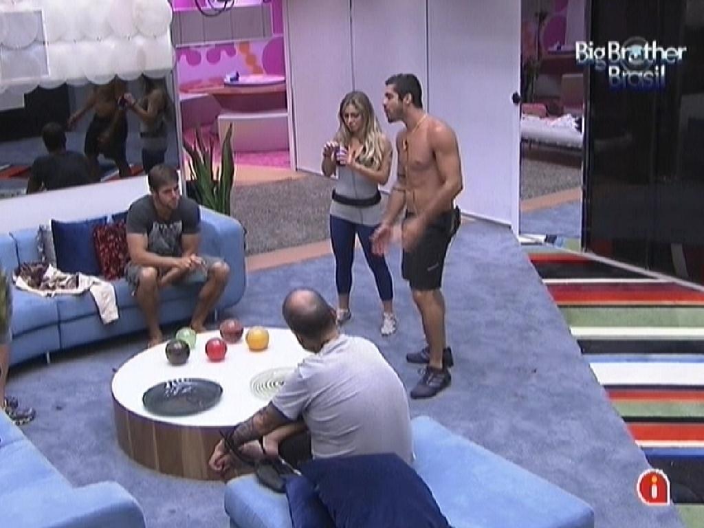 Brothers conversam após Yuri (sem camisa) vencer a prova do líder (16/2/12)