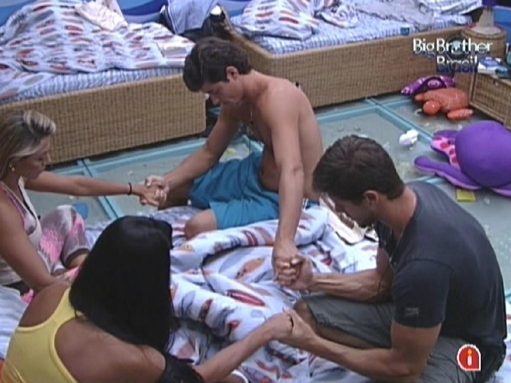 Brothers do quarto Praia fazem oração antes da prova do líder desta quinta-feira (16/2/12)
