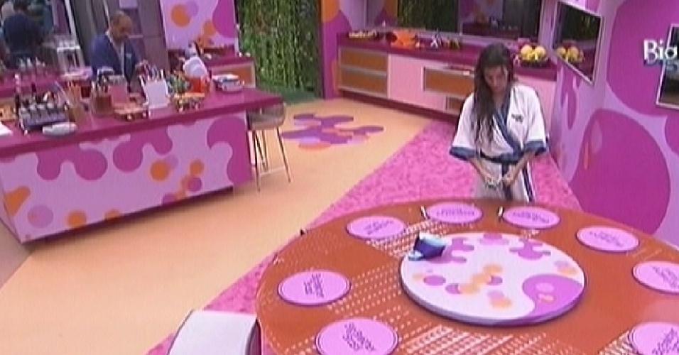 Enquanto João Carvalho prepara o almoço, Laisa arruma a mesa (16/2/12)