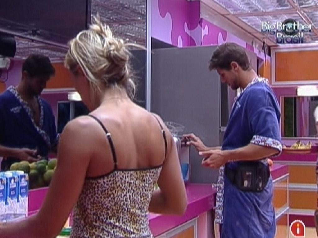 Fabiana e Jonas tomam café-da-manhã (16/2/12)