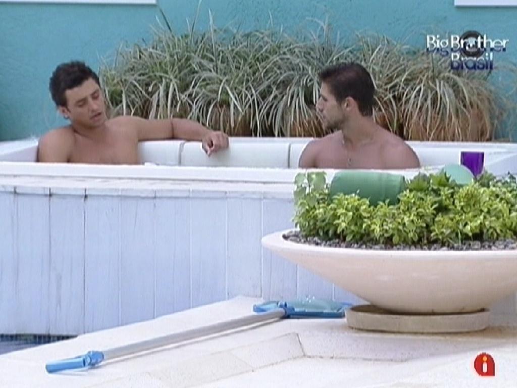 Fael e Jonas conversam sobre a formação do próximo paredão no ofurô
