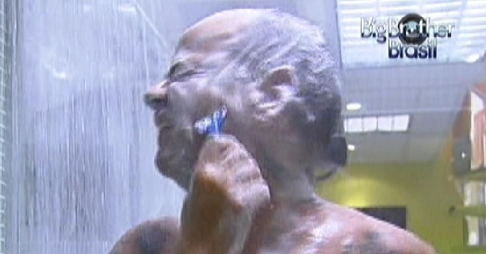 João Carvalho faz a barba durante o banho (16/2/12)
