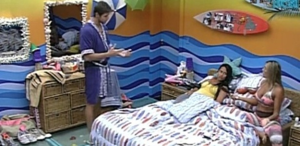 Jonas conversa com Kelly e Fabiana sobre decisão de Yuri em tirá-lo da prova do líder (16/2/12)