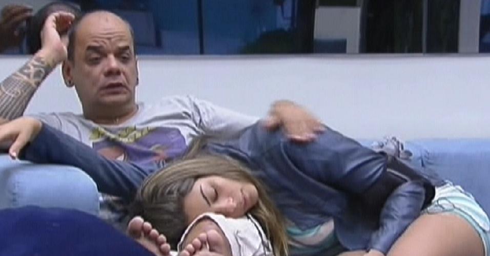 João Carvalho faz carinho em Monique deitada em seu colo (17/2/12)