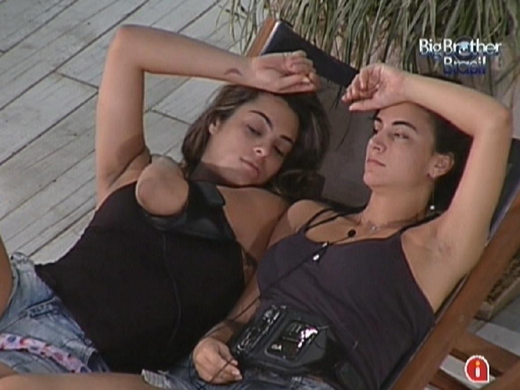 Monique (esq.) e Laisa (dir.) conversam sobre comportamento de Yuri (17/2/12)