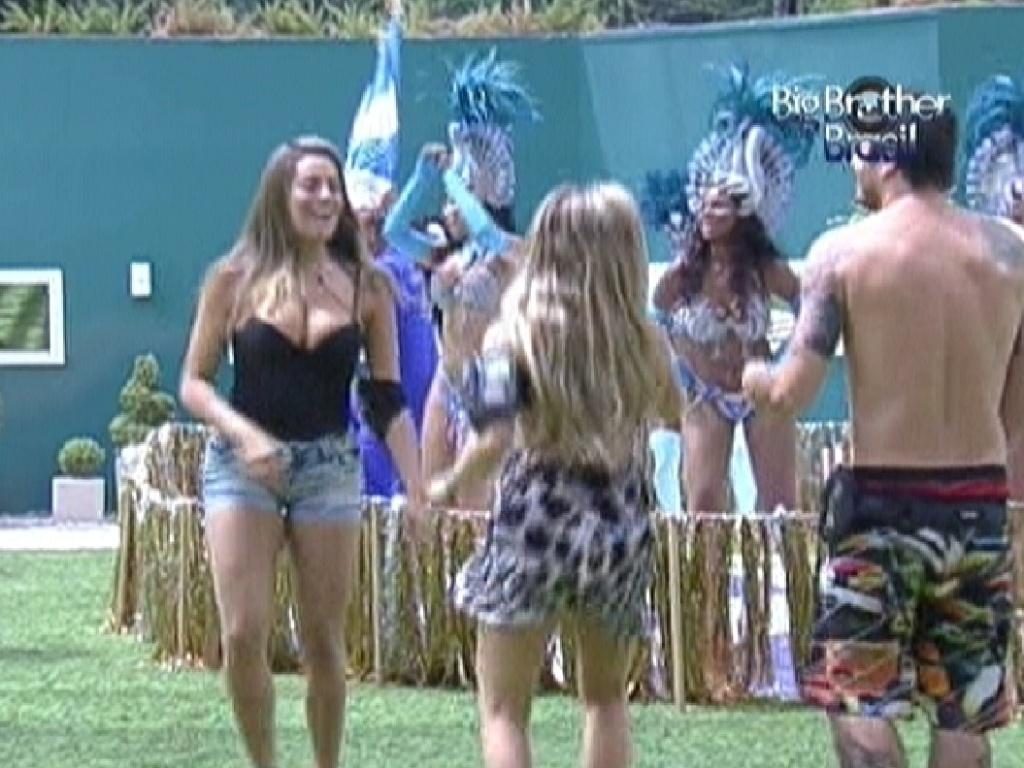 Monique (esq), Renata e Rafa sambam ao som da Beija-Flor (17/2/12)