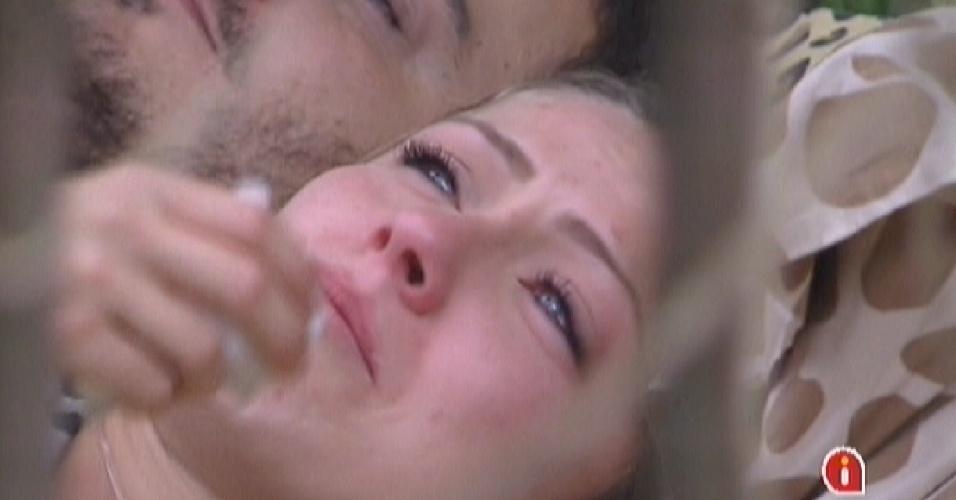 Renata chora no quarto e diz que está se sentindo rejeitada (17/2/12)