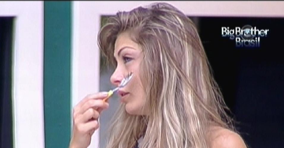 Renata massageia o rosto com uma colher para tentar diminuir o inchaço causado pelo choro (17/2/12)