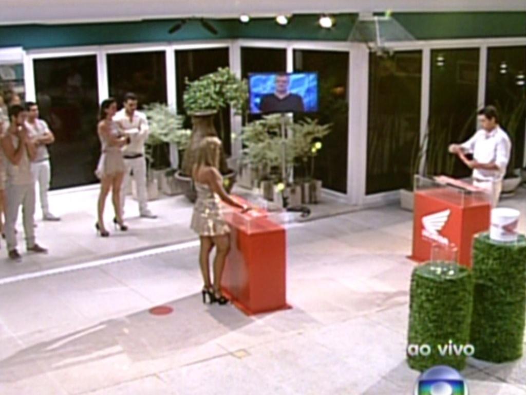 Brothers acompanham da varanda a disputa entre Fabiana e Fael (18/2/12)