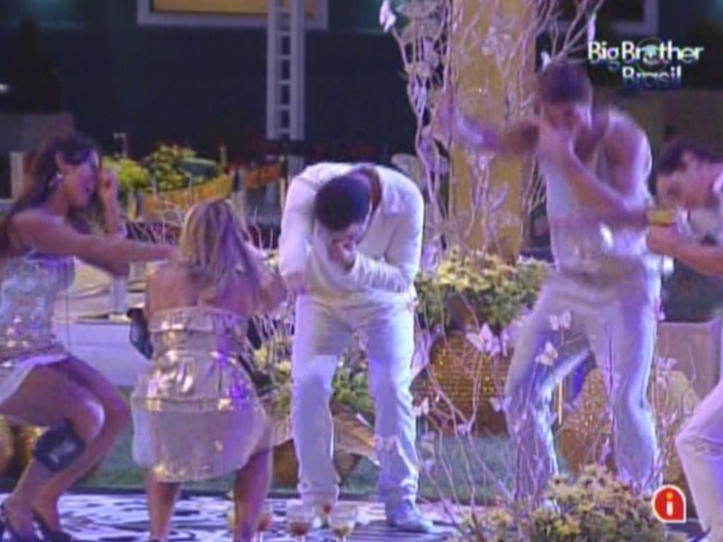 Brothers dançam ao som de Claudinho e Bochecha na festa ouro (18/2/12)