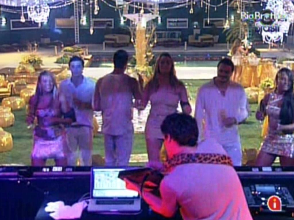 Brothers dançam ao som do DJ João Brasil na festa ouro (18/2/12)