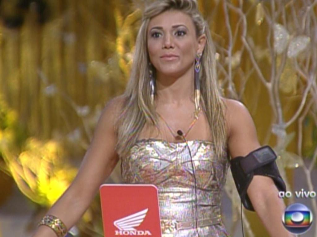 Fabiana escolhe uma carta para refazer a final da prova do líder (18/2/12)
