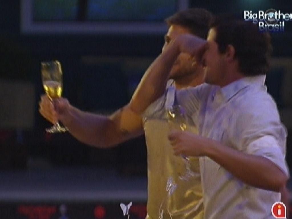 Fael e Jonas lembram de João Maurício durante a festa ouro (18/2/12)