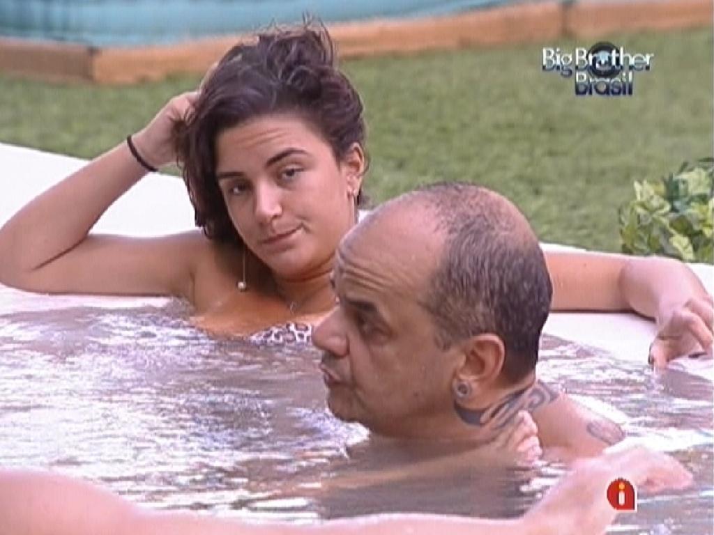 Na hidromassagem, Laisa e João Carvalho falam sobre votos (18/2/12)