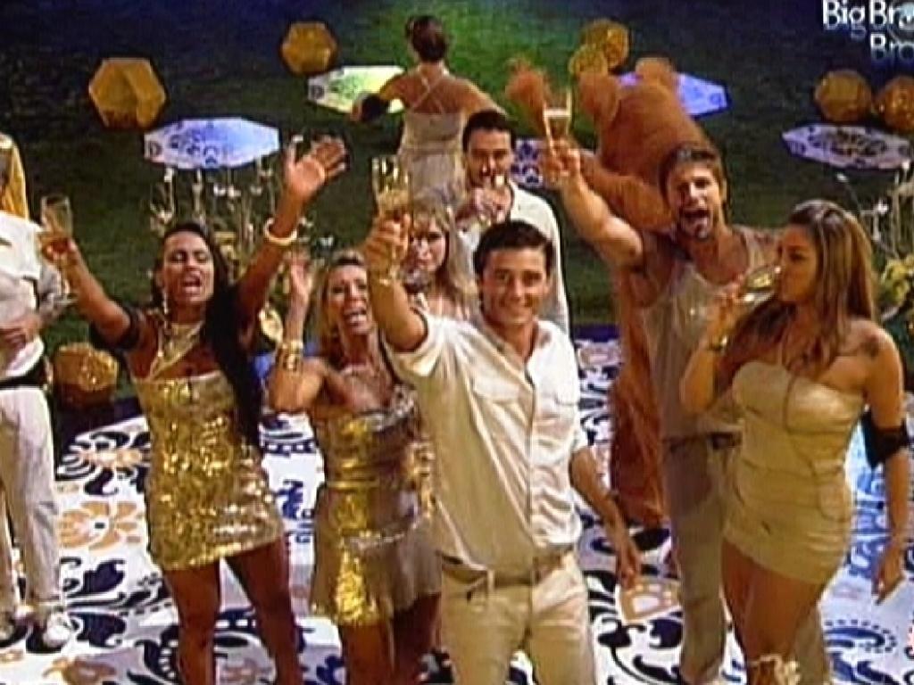 Participantes fazem um brinde ao DJ da festa ouro, João Brasil (18/2/12)