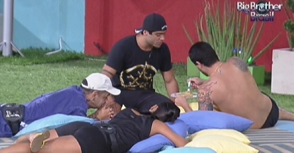 Brothers conversam deitados no futon azul na área externa da casa (19/2/12)