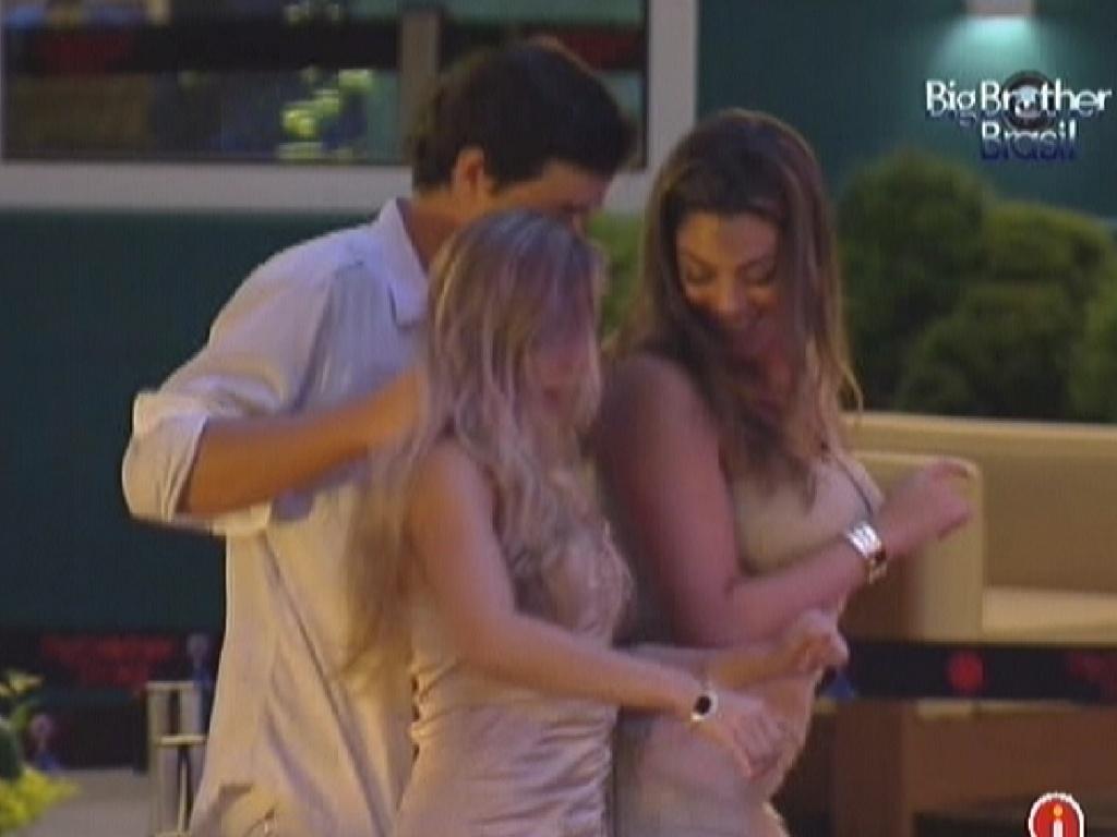 Fael dança com Renata e Monique: