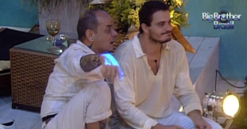 João Carvalho vai conversar com Rafa durante a festa ouro (18/2/12)