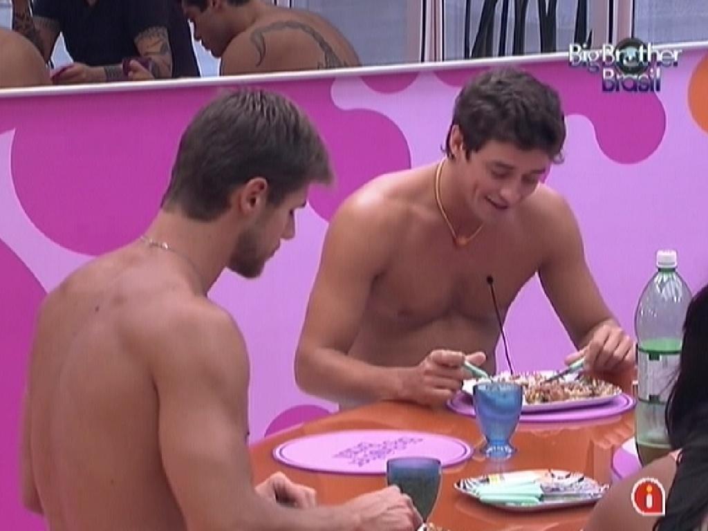 Jonas (esq.) e Fael (dir.) almoçam com outros brothers (19/2/12)