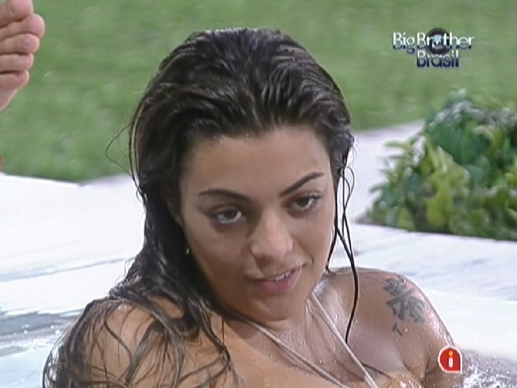 Na hidromassagem, Monique relembra as provas já disputadas no reality show (19/2/12)