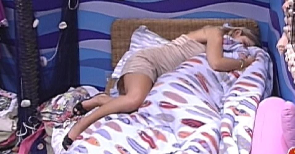 Renata abraça João Carvalho que chora enrolado no edredon (18/2/12)