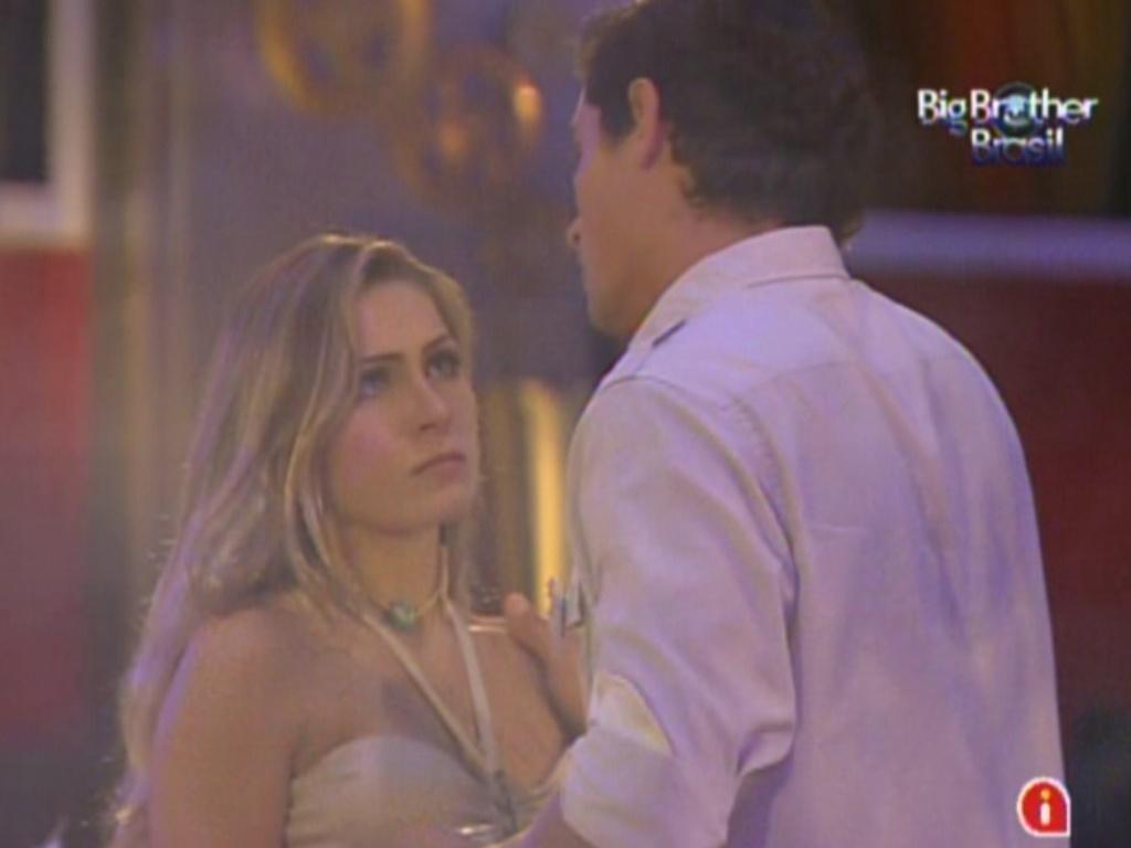 Renata conversa com Fael sobre quem imunizará no próximo paredão (18/2/12)