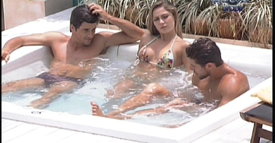 Fael, Renata e Jonas aproveitam a tarde no ofurô (20/2/12)
